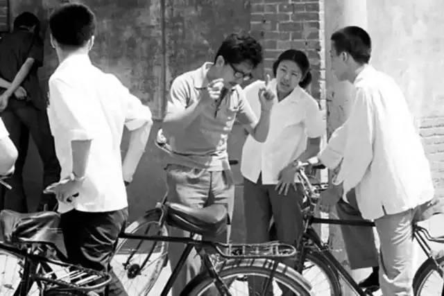 1980年,高中教师于大卫在考场外鼓励学生.图片