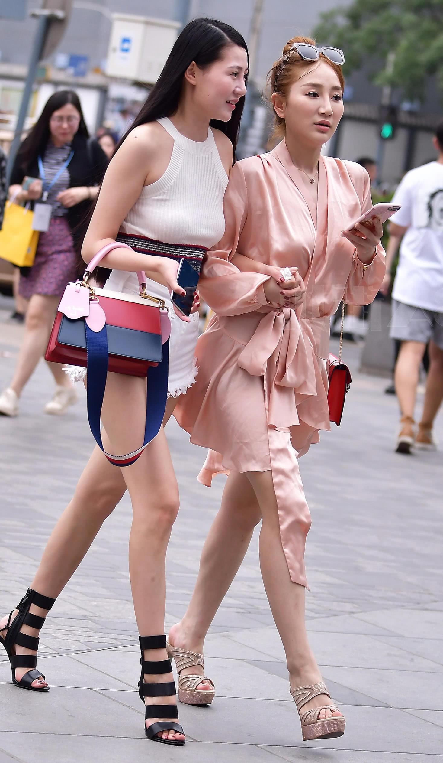 街拍美女�z(�y��9n�_街拍美女:两个漂亮的小姐姐一起出街,一个像裹着睡衣