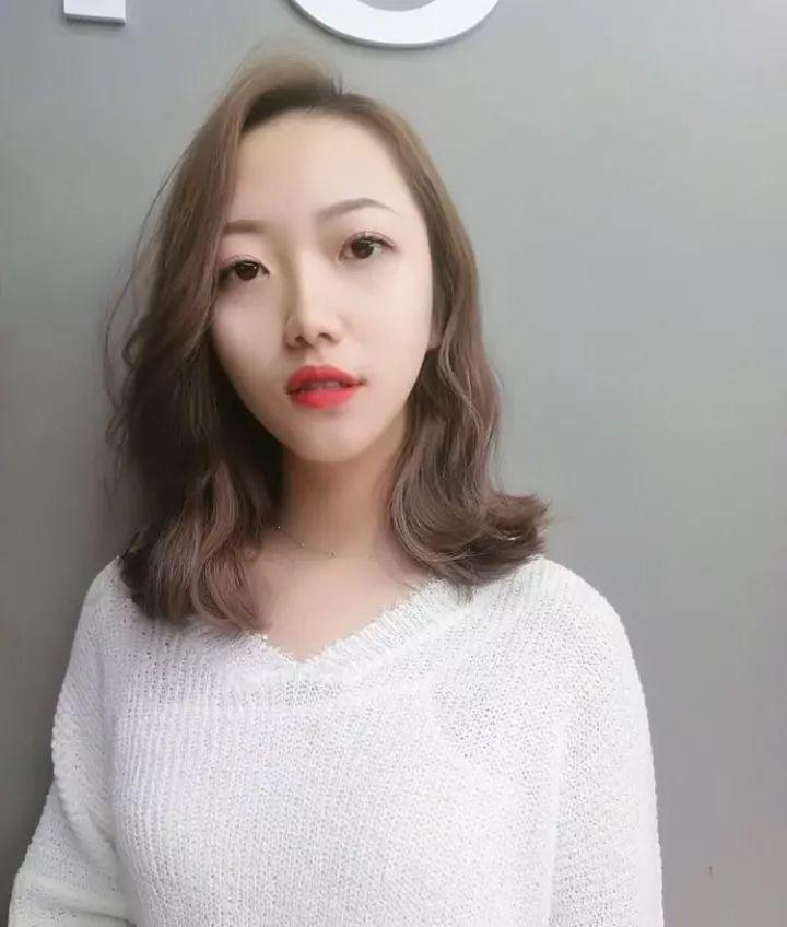 短发烫发发型使女生看起来格外甜美蓬松不经意间完美的修饰了脸型图片