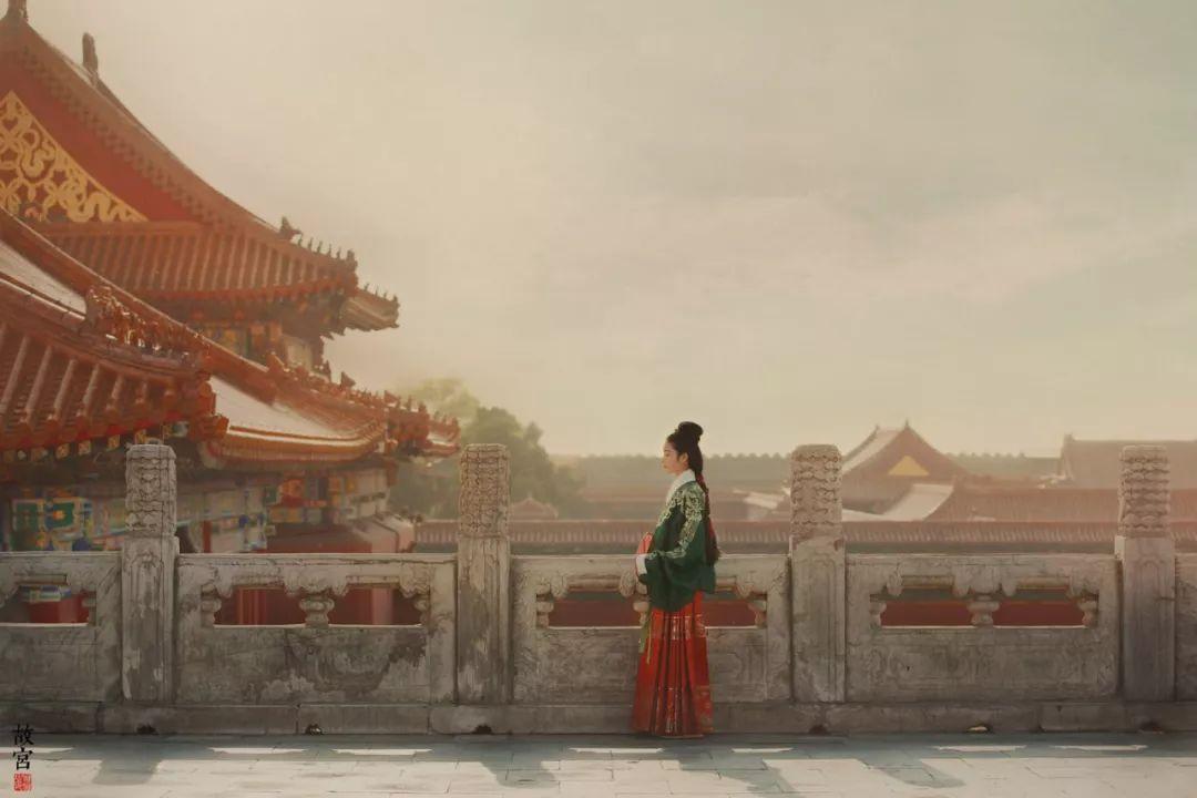 我想,在看了今天这组尽显汉服与故宫之美的作品后,穿汉服游故宫的冲动