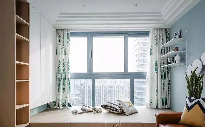 客廳通鋪灰系木地板,墻面采用芬琳h438色號,效果清新靜謐,定制款