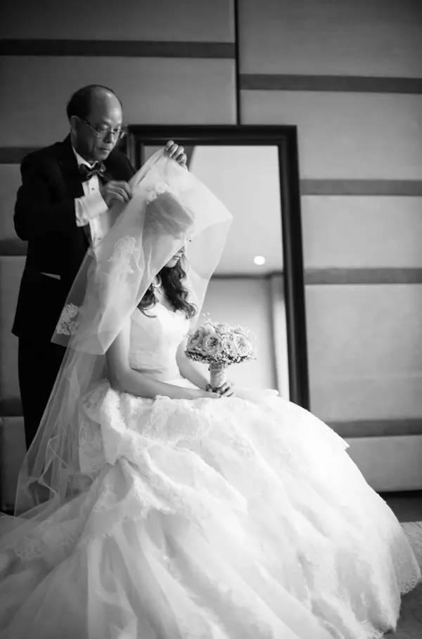 头纱攻略 | 新娘的头纱这么戴,灵动自然又不失优雅图片