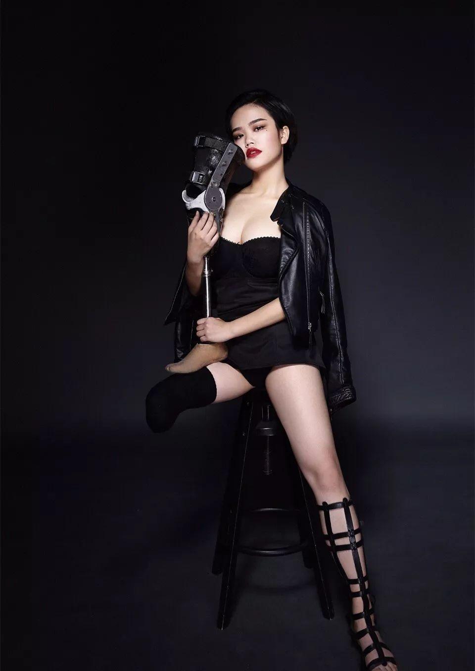 22岁女孩惹哭何炅,穿最短的裙,秀最酷的腿,拒