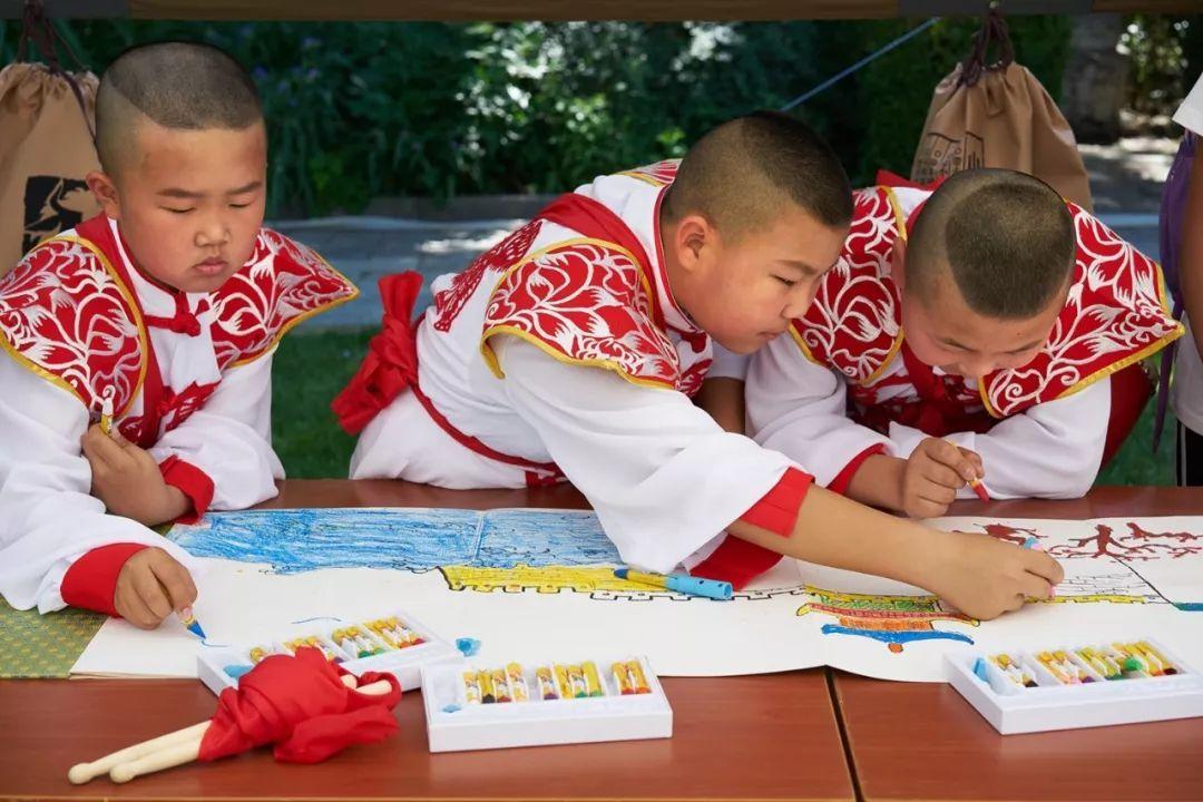 万里长城手抄报四年级-长城画廊 我为长城添光彩 记长城长卷画家郭峰 吴琪