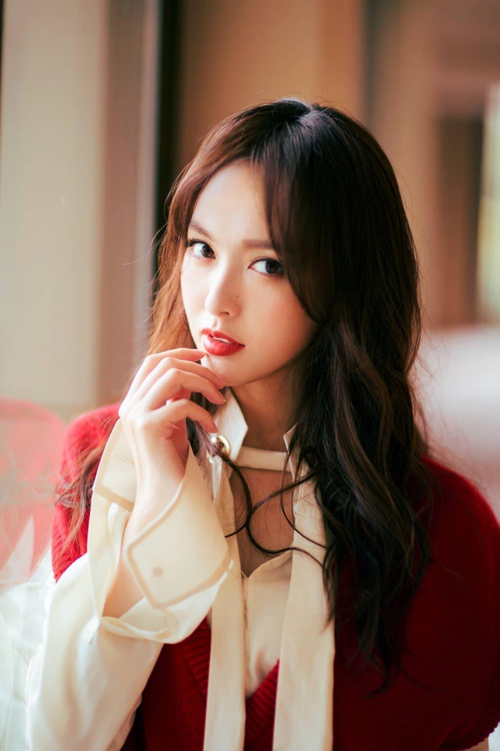 唐嫣终于舍得换风格了,白衬衫搭配红色马甲性感又个性