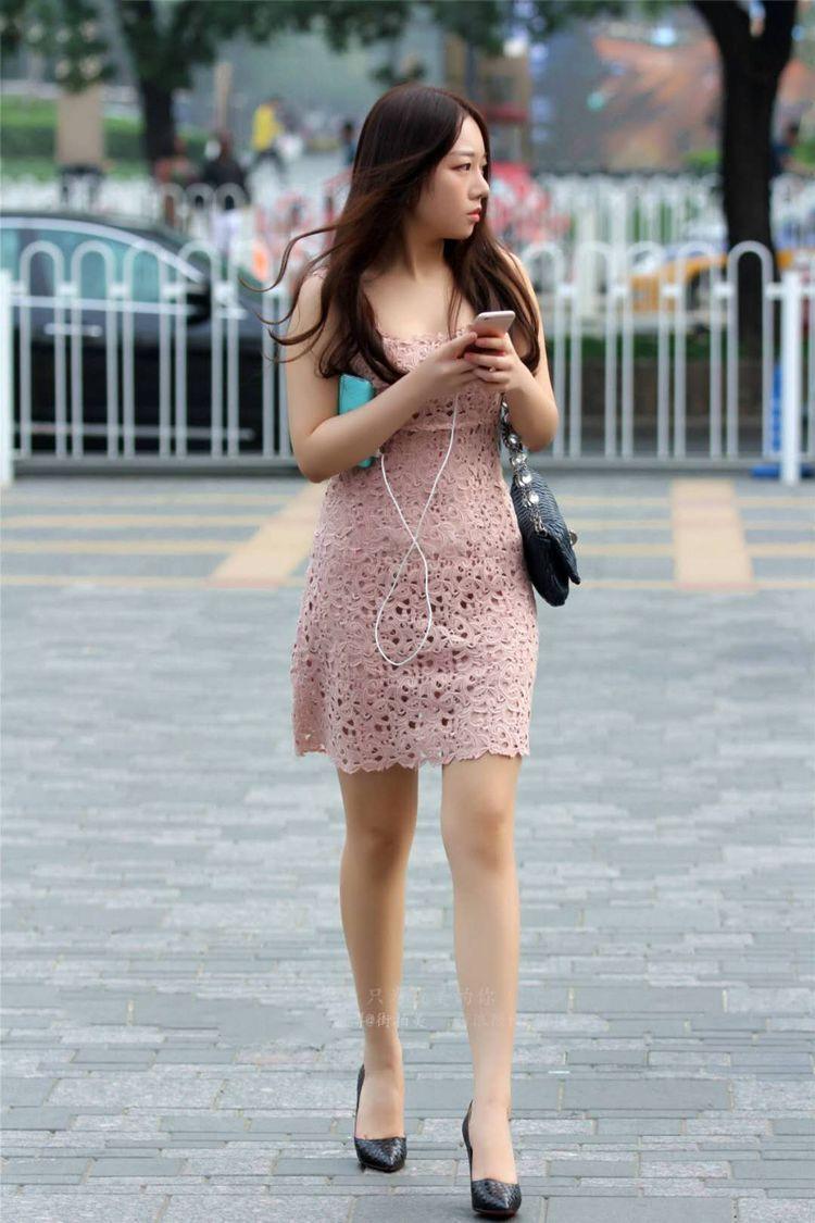 什么色网美女多_街拍:美女穿裸色蕾丝连衣裙,有一种惊艳的美!
