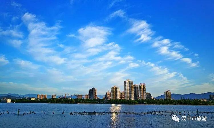 """汉中汉江两岸雨后初晴美如画,这一组""""蓝色""""照片惊艳了众人!"""