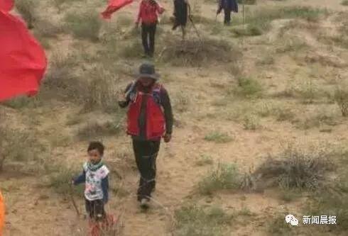 """6岁男孩哭着跑完3公里,妈妈坚持不抱:不能让他轻易""""算了"""""""