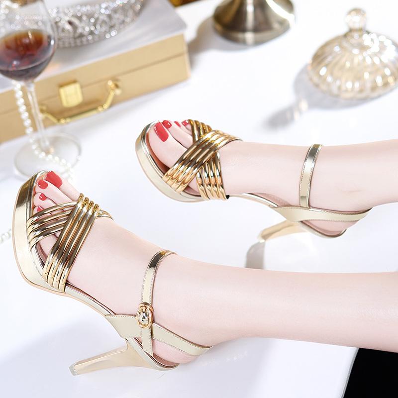 女人鞋柜里一双又一双的细跟高跟鞋