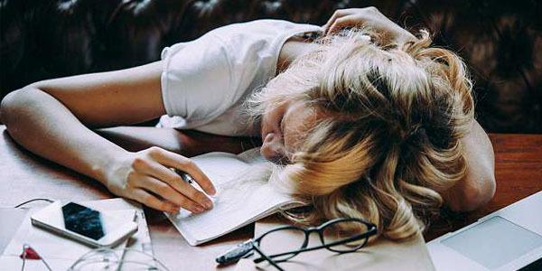 睡眠不足对女孩影响大于男孩,她们更容易上课睡觉