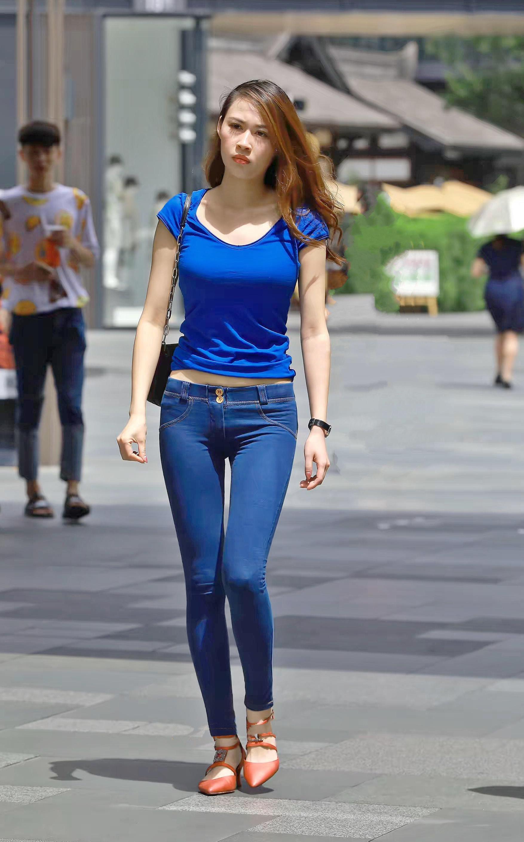 街拍紧身t恤美女_街拍美女:紧身牛仔裤搭配蓝色圆领T恤,小姐姐上下颜色搭配一致
