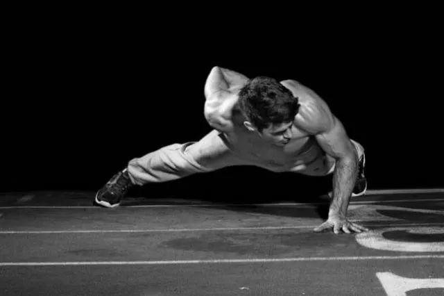 """""""徒手健身入门到大师的健身动作大全""""的第10张图片"""