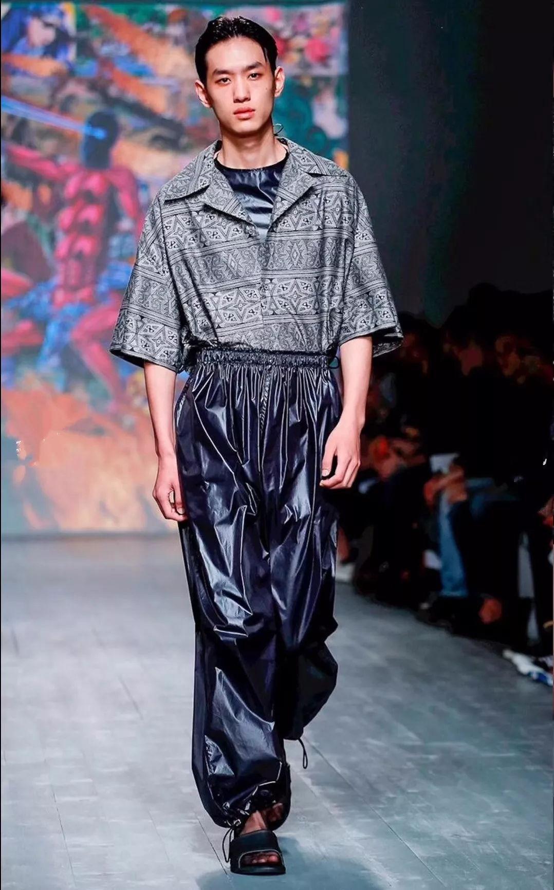 2019春夏伦敦男装周结束后,还有人不认识这位服装表演专业大一男模吗?