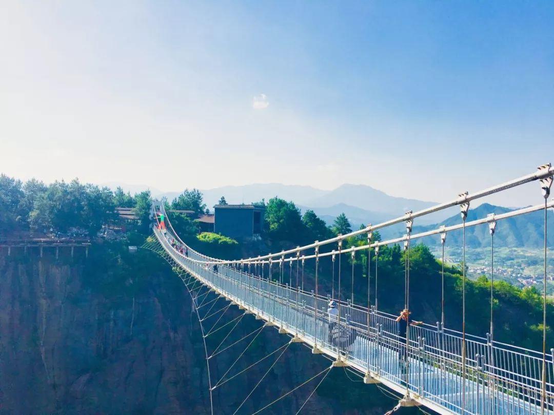 高达180米的全透明高空玻璃桥图片