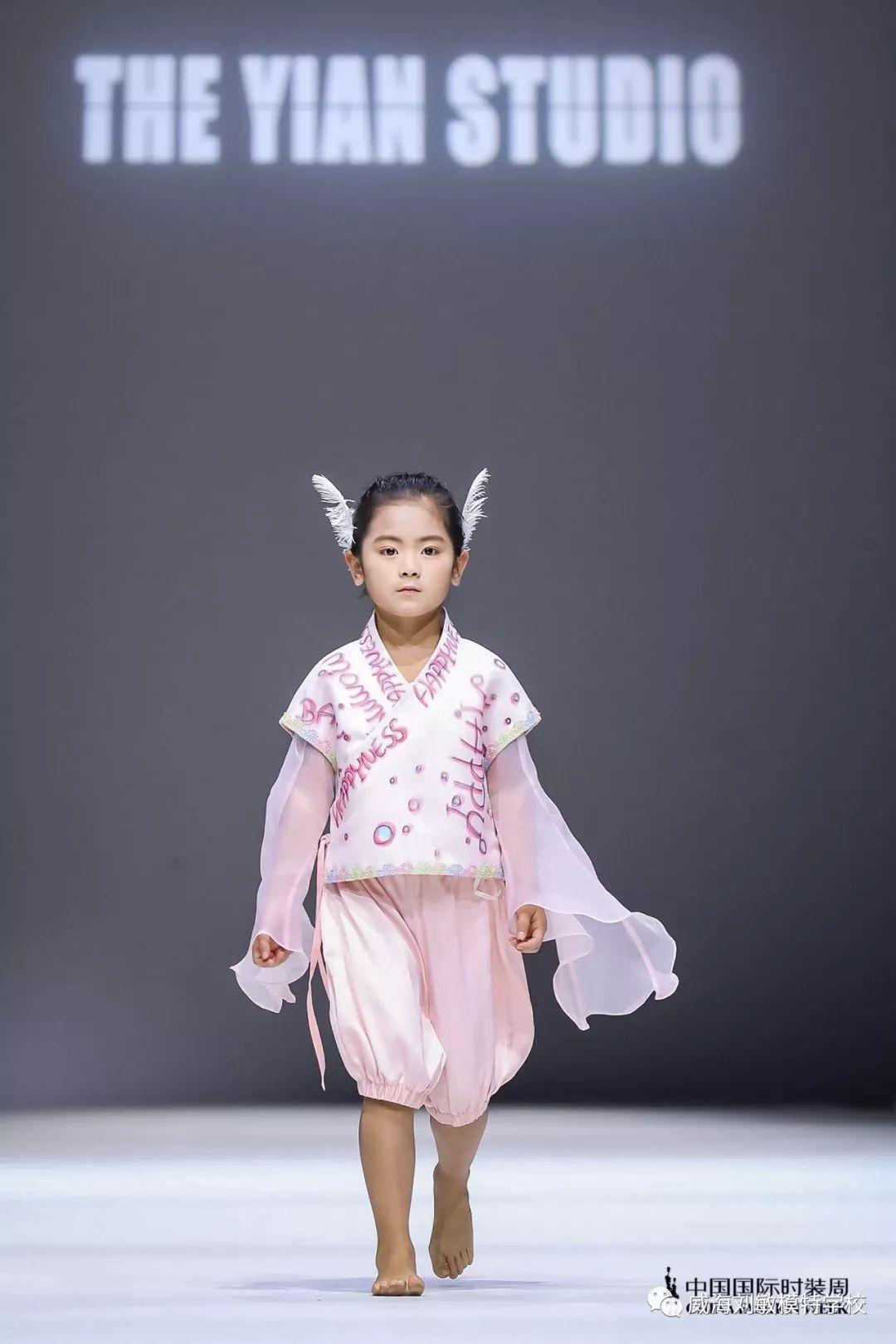 【刘敏模特&少儿形体矫正】孩子弯腰驼背?坐没坐相,站