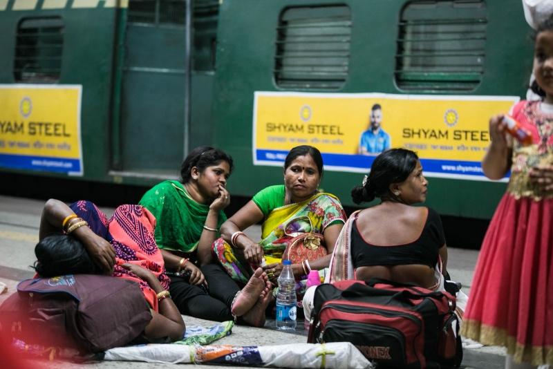 印度火车太拥挤,行李架坐满人,流浪艺人随便上下车