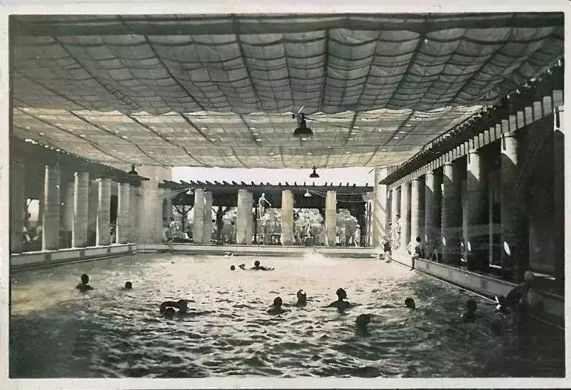 70年未开的露天泳池首日开放就被挤瘫!每隔十米就有漂亮姐姐在自拍!