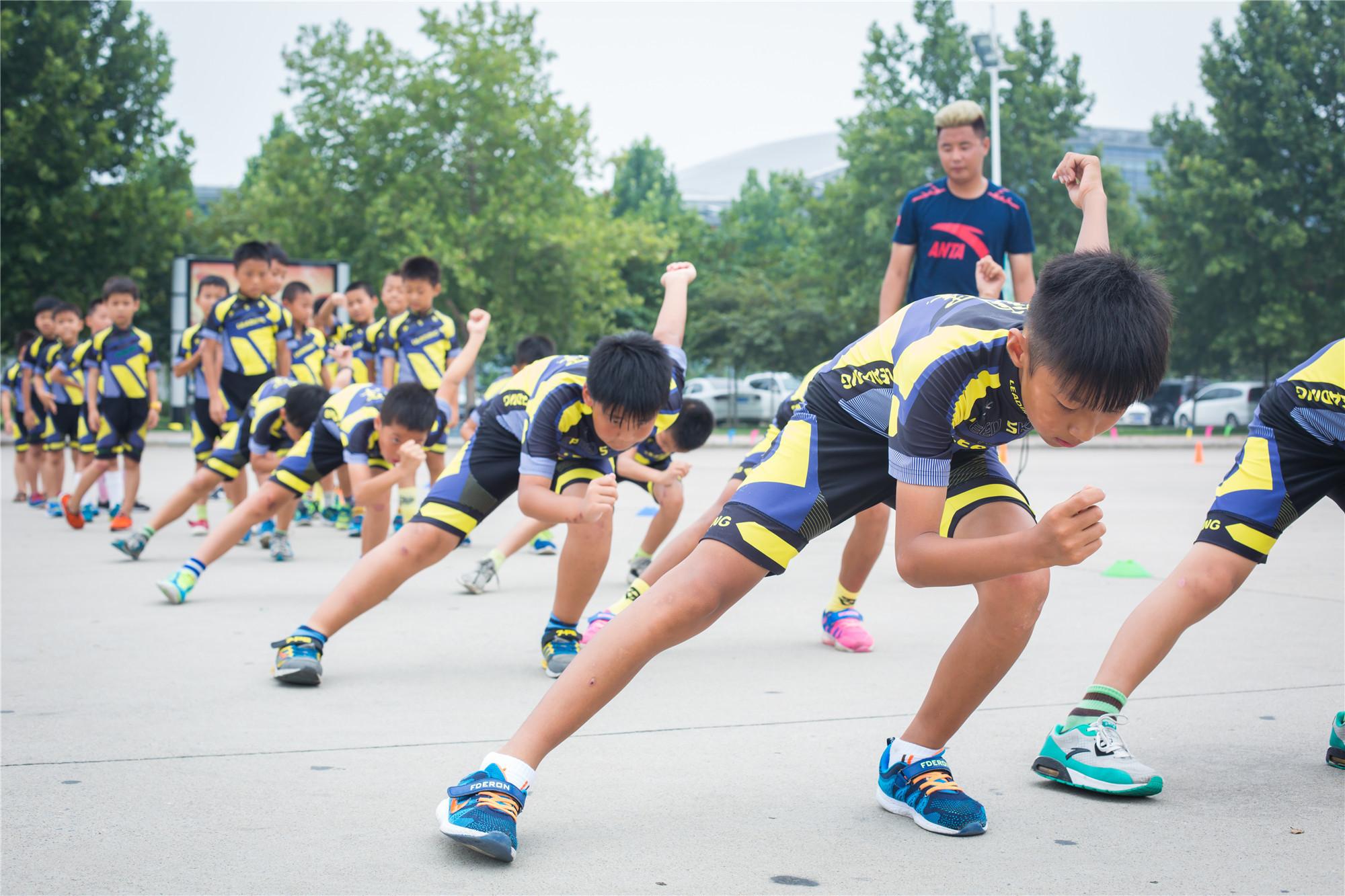 米高轮滑初学者入门教程,小朋友学轮滑更要保护好双脚