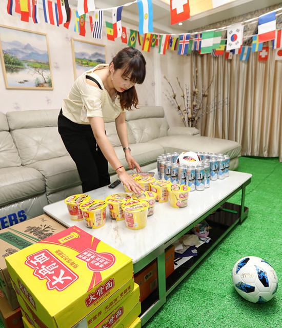 感动!女子为老公打造看球客厅 如何打造世界杯版看球氛围客厅