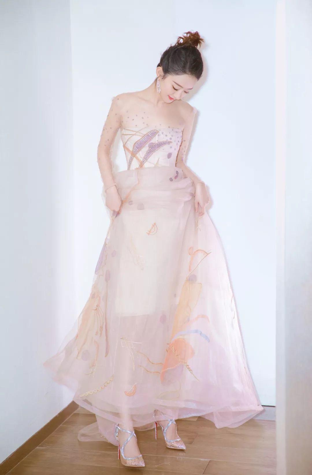 如今女明星连选婚纱也会撞衫?