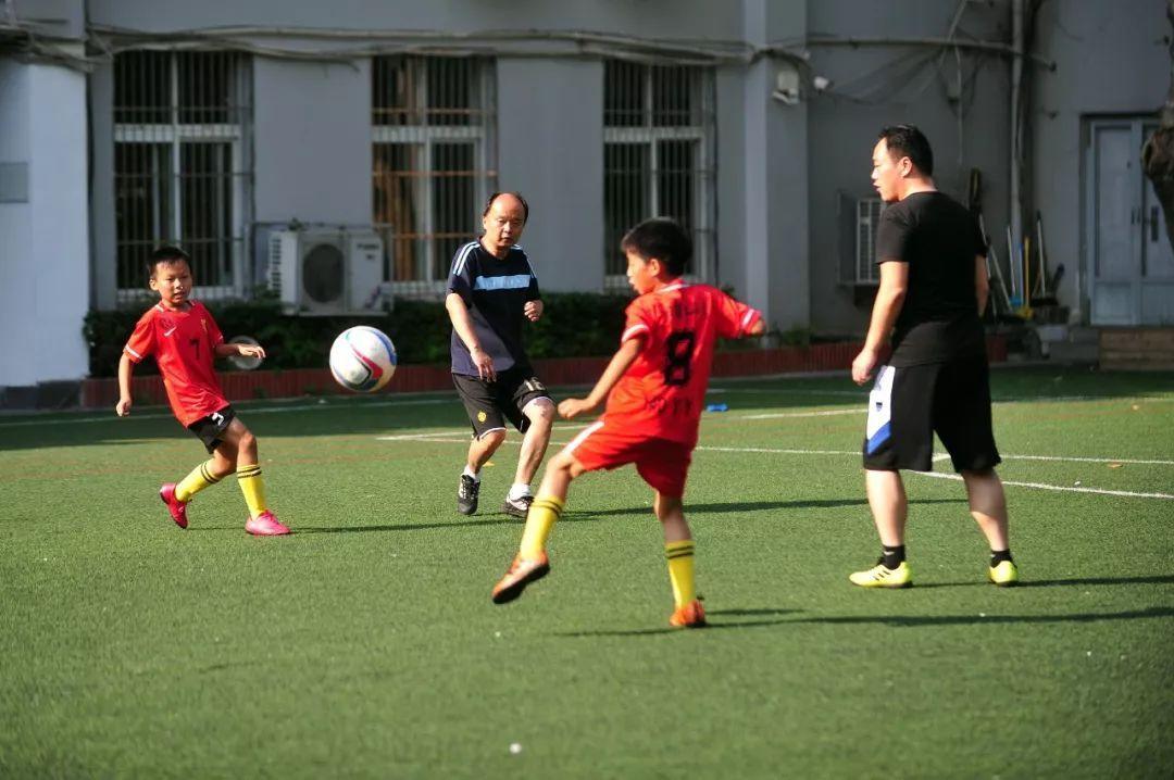 正文  汉口辅仁小学是校园足球特色学校,每天放学后,校足球队的孩子们