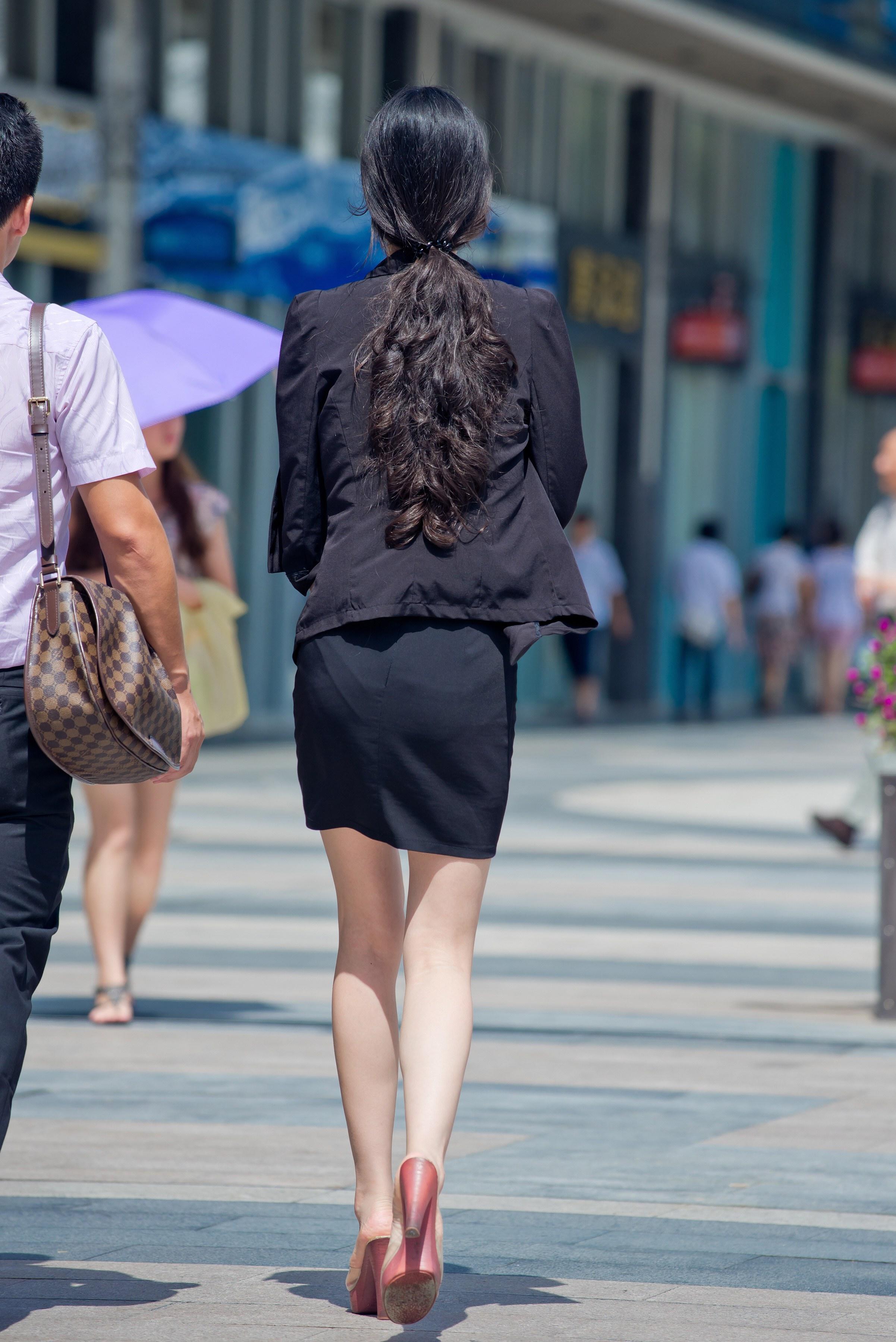 街拍套装:美女美女长腿凉拖短裙联盟榜百大图片