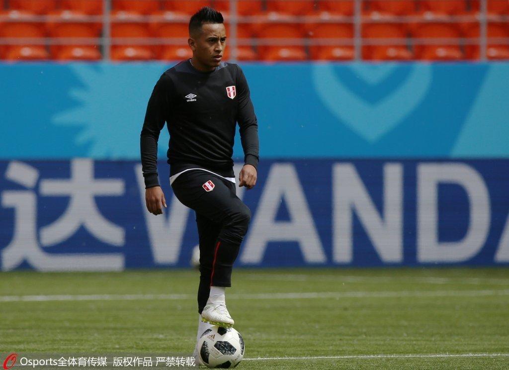 守门员carloscaceda在2018年世界杯足球赛期间夹了一个球