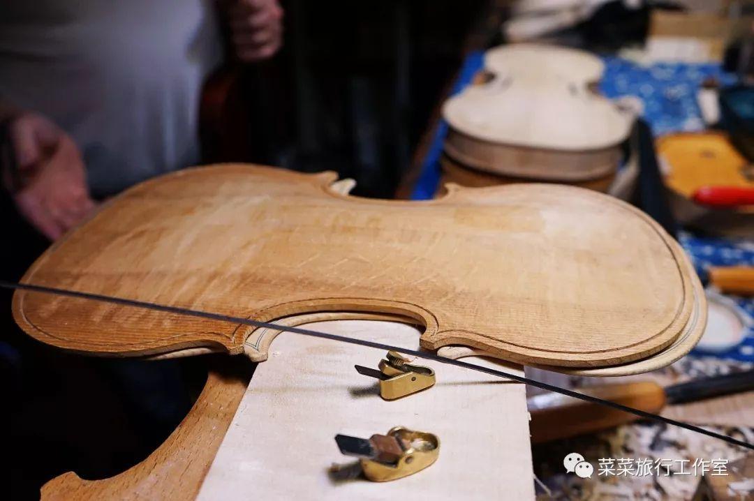 这里的小提琴跟在中国大批量生产的小提琴是很不一样的.图片