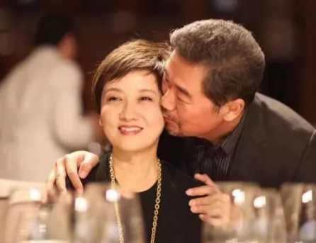 她和张国立再婚29年, 为继子放弃生育, 如今60岁美成这样图片