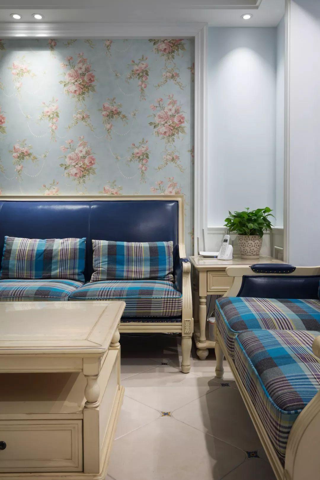时尚 正文  ▲蓝色皮沙发,结合一套格纹坐垫,在田园花饰的沙发背景墙图片