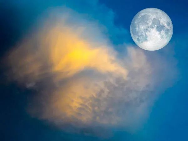 视觉奇观:超远镜头下的牛奶月亮