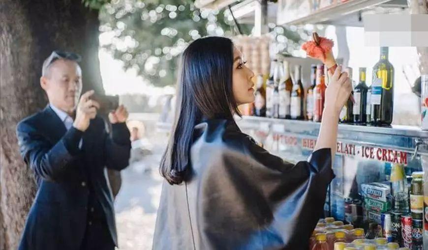 王石与小30岁女友私密照流出,田朴珺亲手喂冰淇淋,王石显苍老 百家号图片