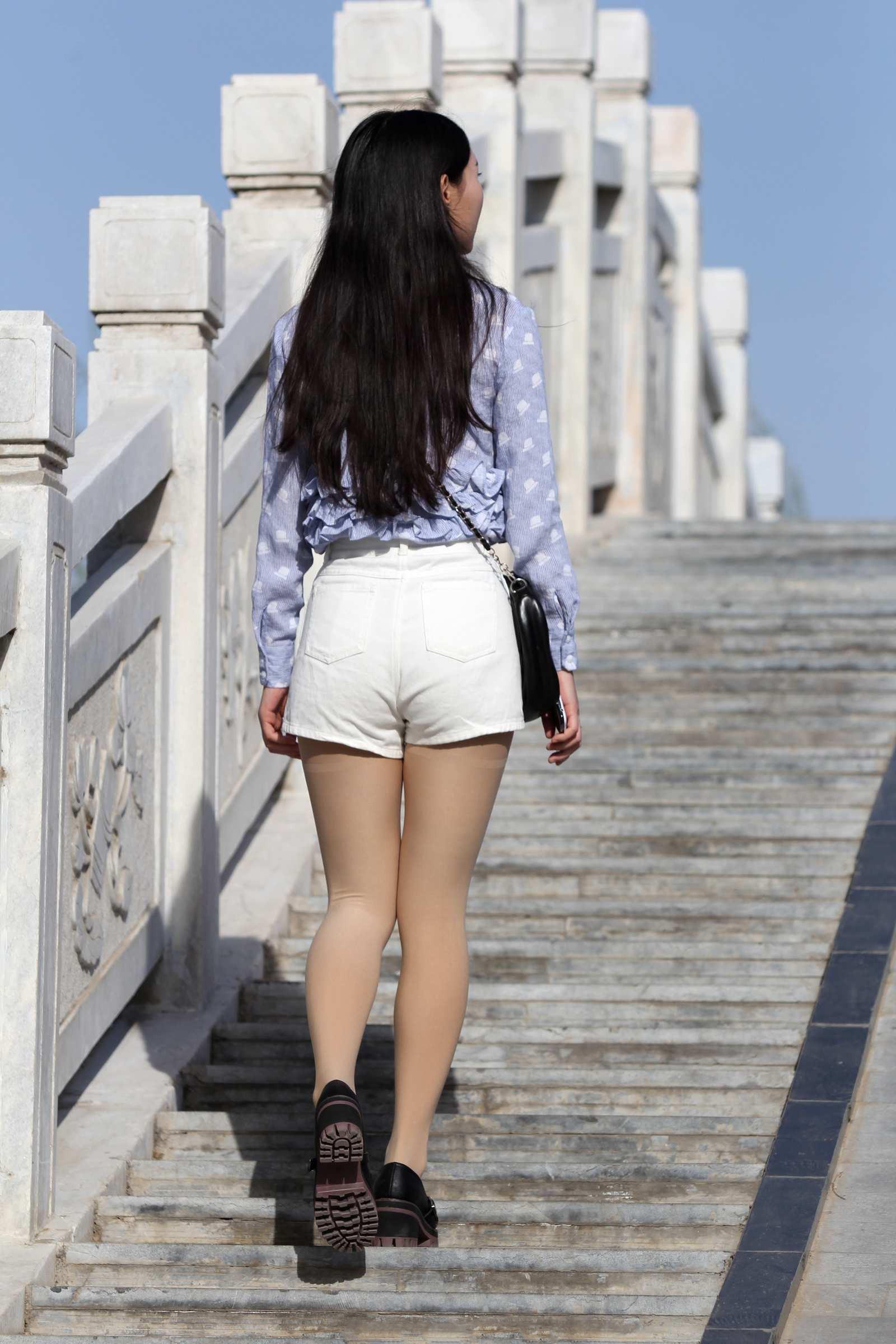 街拍联盟 桥上看风景的热裤美女,背影很清纯