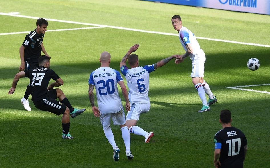 冰岛足球一力降十会!维京海盗踢球也很凶悍,阿根廷球门说破就破