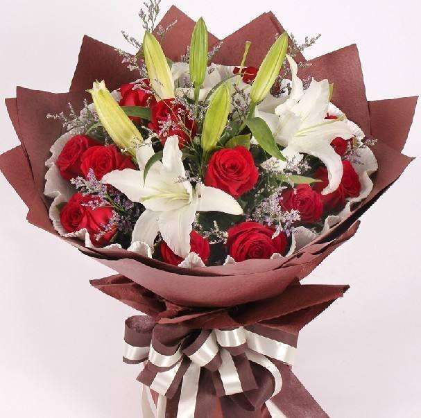 11朵红玫瑰混搭情人草花束