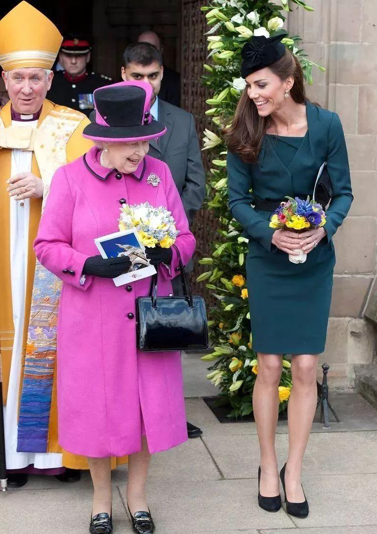 梅根首度陪女王出访,心机着装却因小细节被王室粉扁嘴