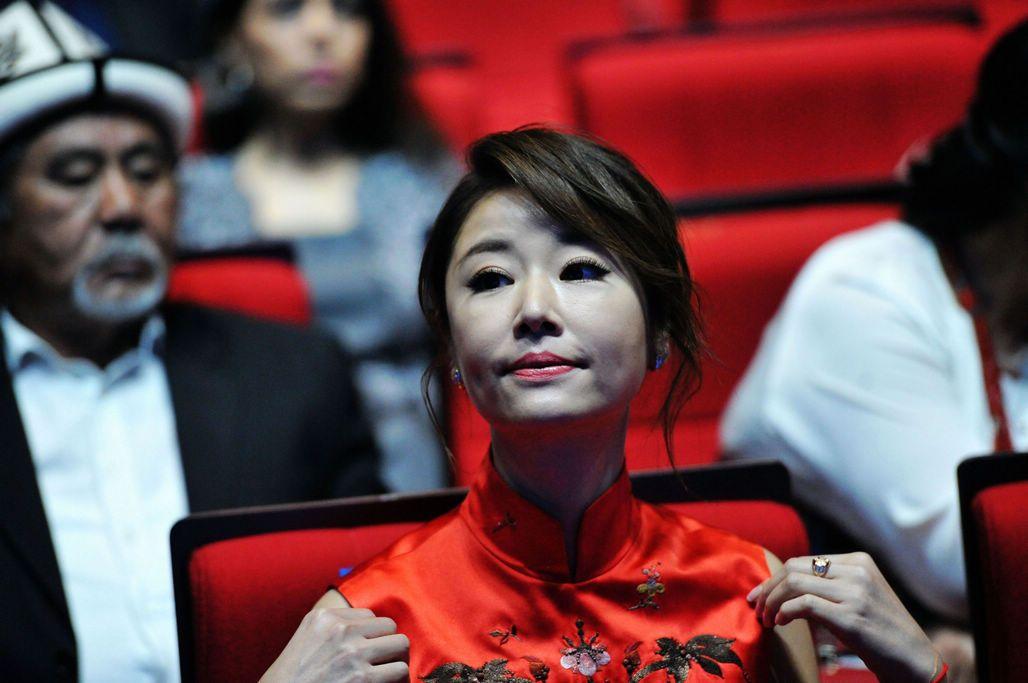 林心如青岛上合电影节当开奖嘉宾 中国红旗袍带灿烂笑脸图片