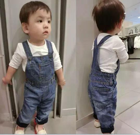 1.背带裤   小男孩儿穿上背带裤后,看上去确实帅帅的.