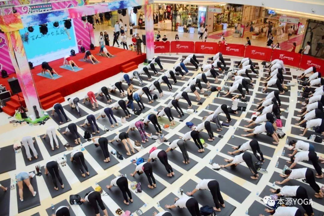 百人集體瑜伽圖片