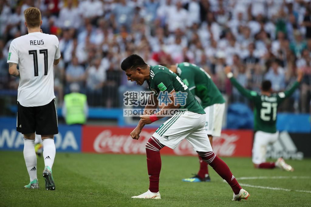 第35分钟,埃尔南德斯分球,洛萨诺禁区左侧扣过厄齐尔低射得分.图片