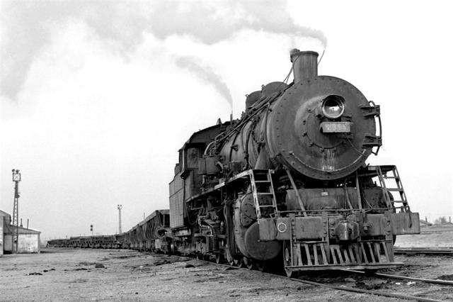 """1952年,四方机车车辆厂制造出了中国第一台""""解放""""型蒸汽机车.其后,四方、大连、唐山、大同等机车车辆厂陆续生产了近万台蒸汽机车.蒸汽机车一度成为中国铁路运输的主要牵引动力.图片"""