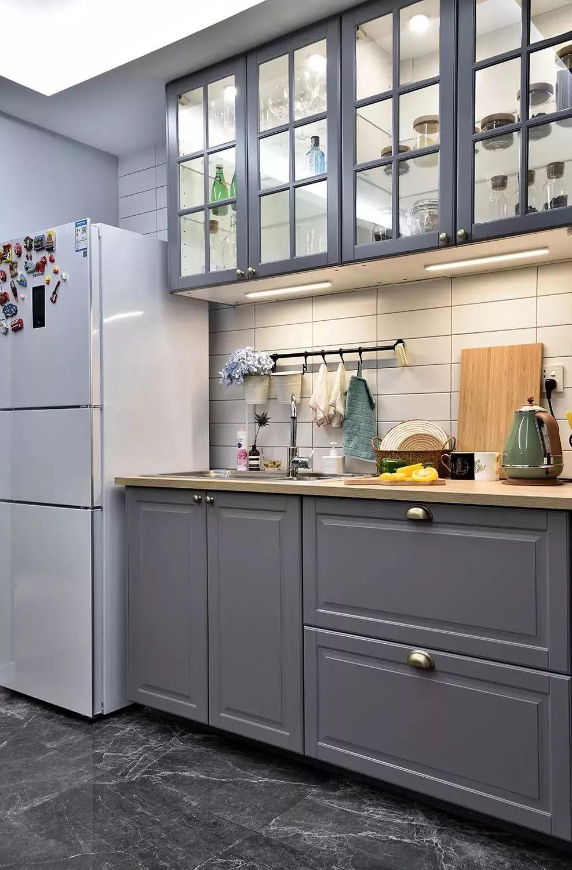厨房的另一角度,橱柜内部结构真的很实用.图片