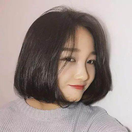 中分短发 对于圆脸妹子来说,中分短发是一款非常适合的发型,中分设计图片