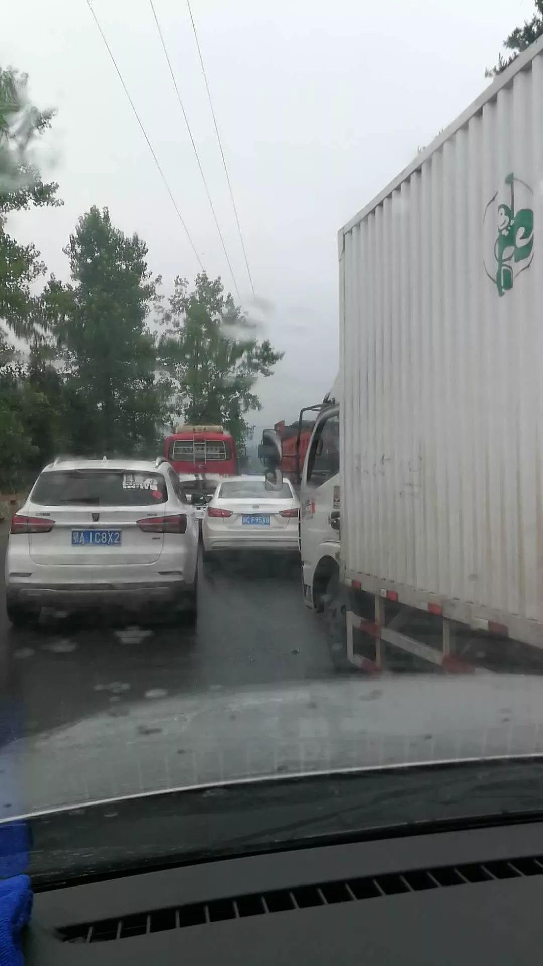 今天上午11点13分左右,浠水县绿杨乡查儿山发生车祸事故,目前死亡一人,其他受伤人员还在抢救中