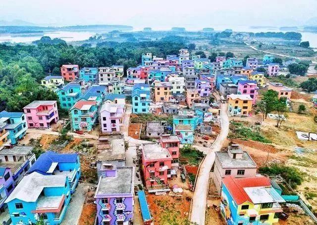 """一栋栋粉色,蓝色,紫色房屋五彩缤纷……""""近日,广西壮族自治区贺州市图片"""