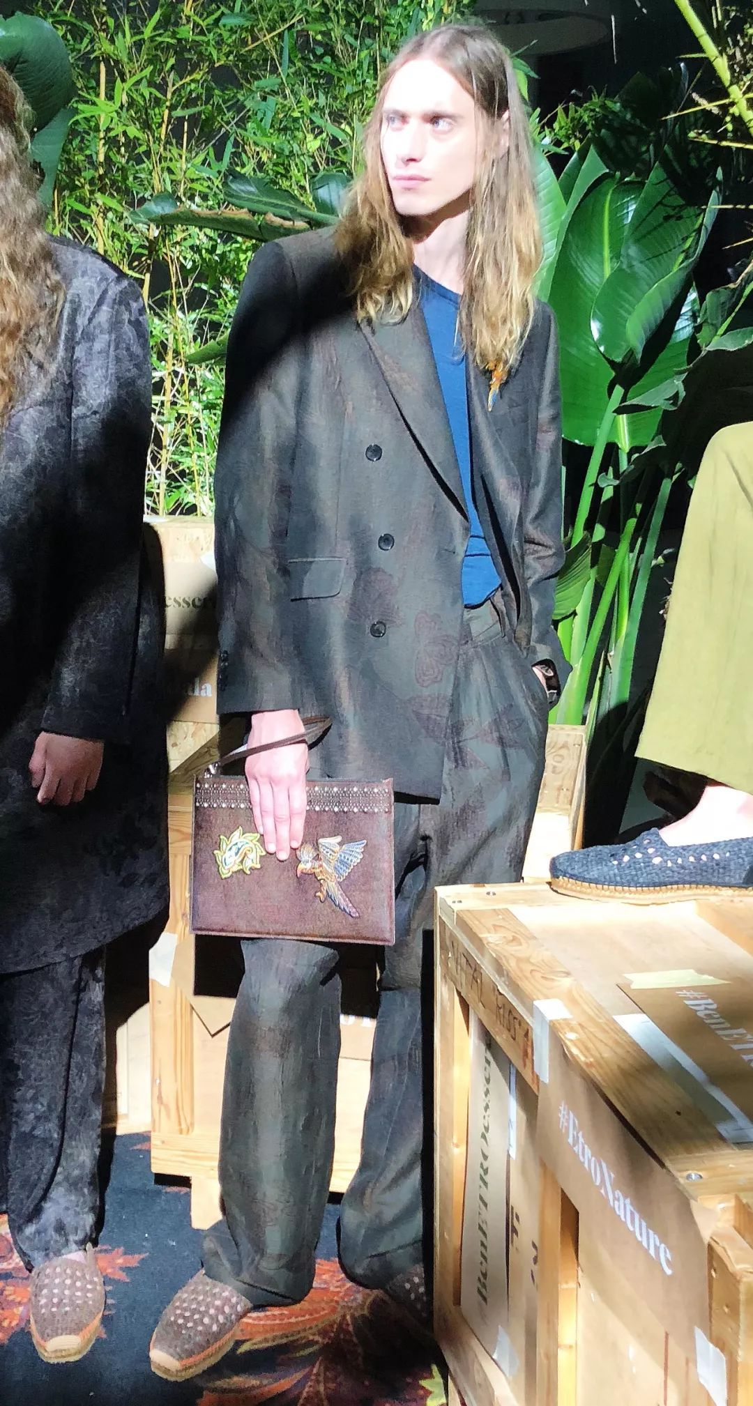 "Prada明年流行""基本款"",Armani灰把优雅穿进骨子里,少了Fendi这件单品你就歇着吧!"