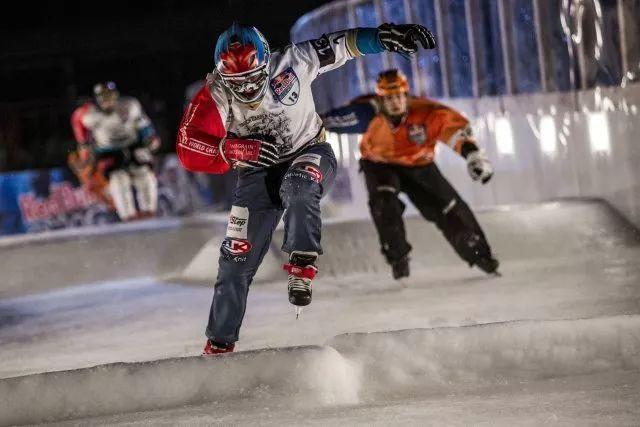 四人冰球_也延伸出了极限玩法 /充满身体碰撞的破冰赛 选手们四人一组 用冰球鞋