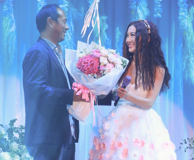 52岁温碧霞开唱老公甜蜜献吻 现场跳起不太擅长的舞蹈