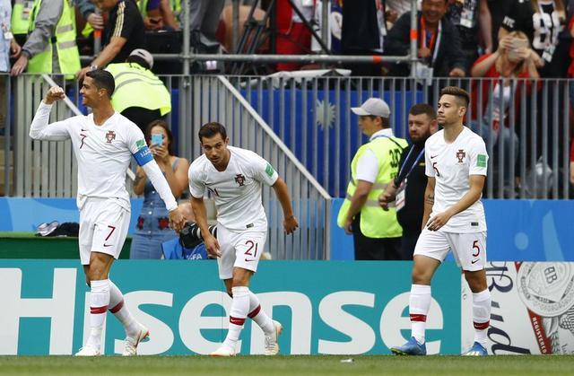 C罗威胁巨大逼急了摩洛哥球员:后背推倒+下狠脚,球迷:红牌动作