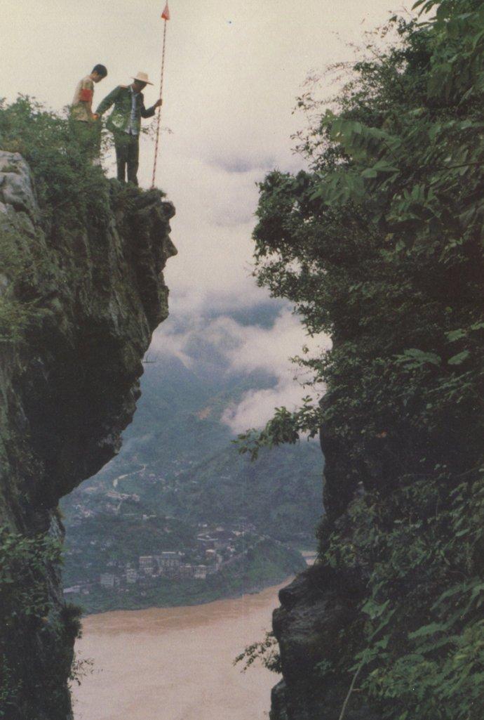 长江三峡最危险的一段,曾因岩崩堵江81年,今靠173根铁链锁山崖